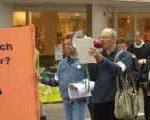 Hartz IV Betroffene protestieren gegen Niedriglohn