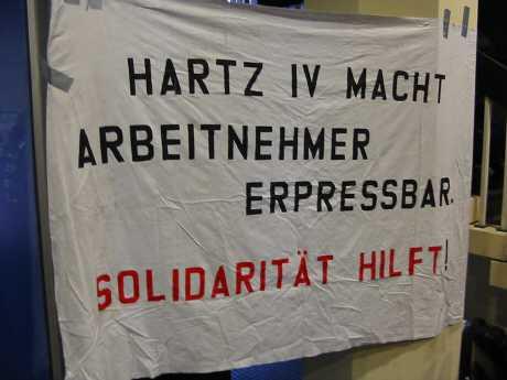 protest aufrecht stehen - Arbeitslose haben von Hartz IV die Nase voll