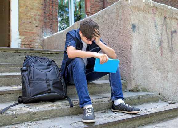 schueler traurig - Schüler dürfen sich bei Hartz IV nicht verbessern