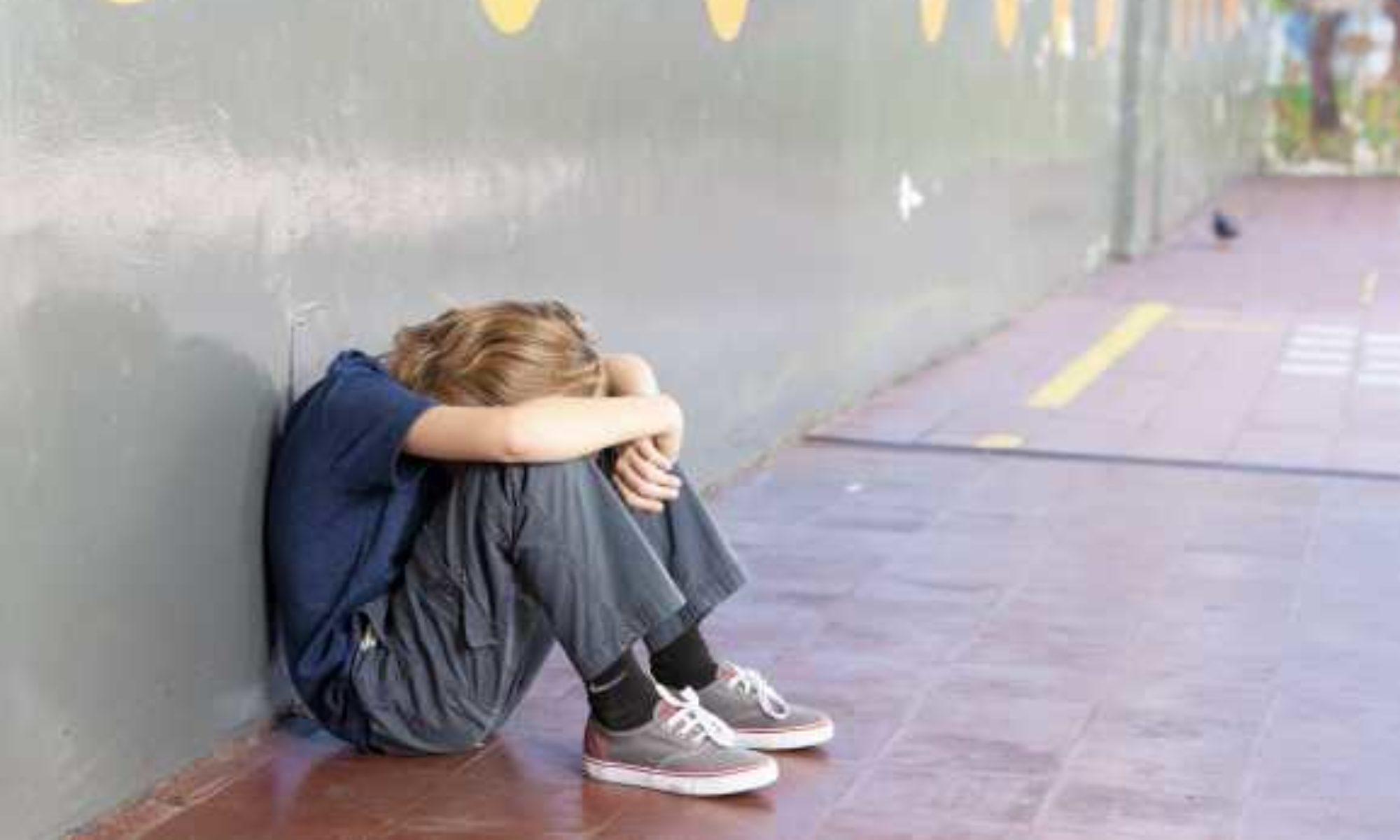 traurig kinder sgb ii 2000x1200 - Jobcenter verhindert Förderung von Kindern
