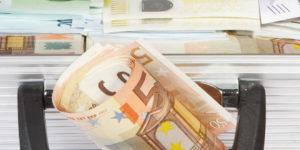 Zahltag: Hartz IV-Bezieher erhalten Koffer voller Geld