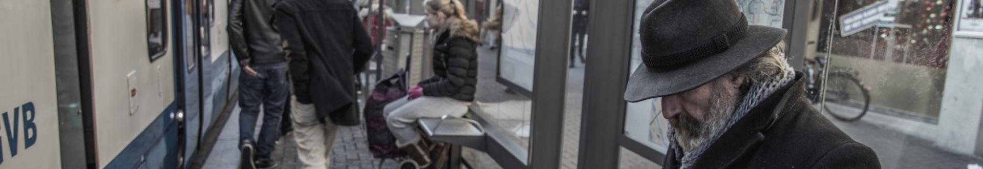 alter Mann sitz am Bahnhof - Krankenkassen übernehmen Fahrtkosten für Hartz IV-Bezieher bei Krankheit