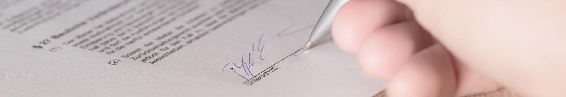 Wer seinen Job kündigt oder einen Aufhebungsvertrag unterschreibt, riskiert eine Arbeitslosengeld-I-Sperre.
