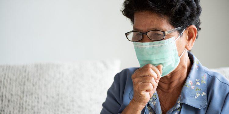 Ältere Frau mit Schutzmaske