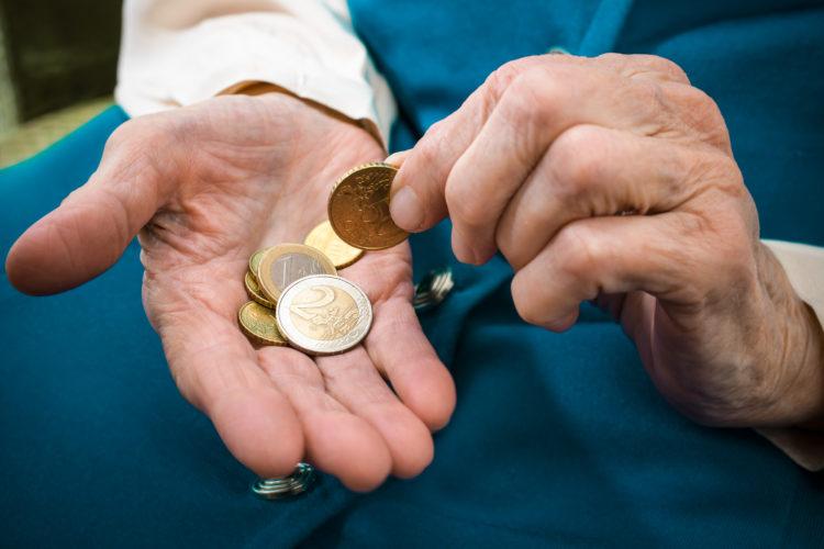 Altersarmut 750x500 1 - Hartz IV und Sozialhilfe: Anspruch auf Zinsen bei Nachzahlung durchs Jobcenter