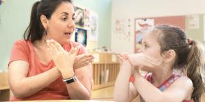 Sozialhilfe: Anrecht auf Hörurlaub und Gebärdensprachkurs trotz Cochlea-Implantat